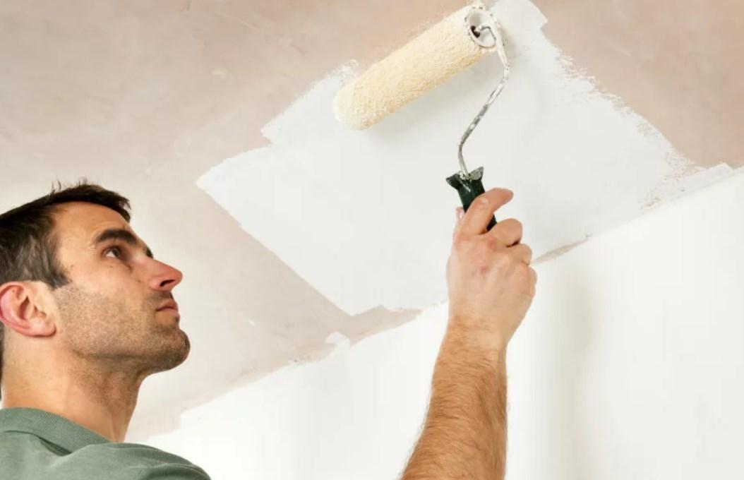 красить потолок