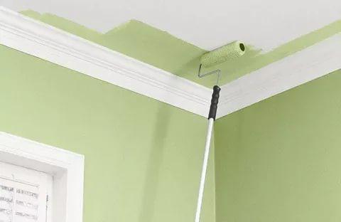 красить потолок валиком